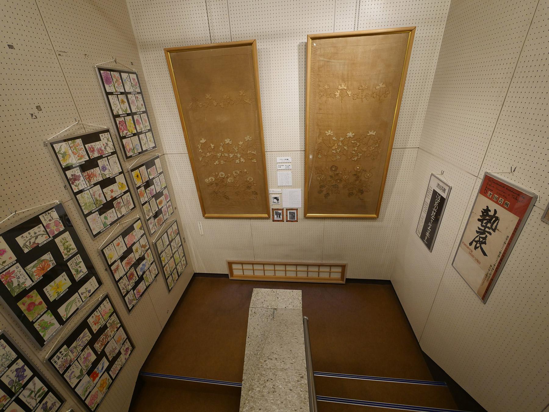 津田青楓の図案の刺繍と共に展示されています