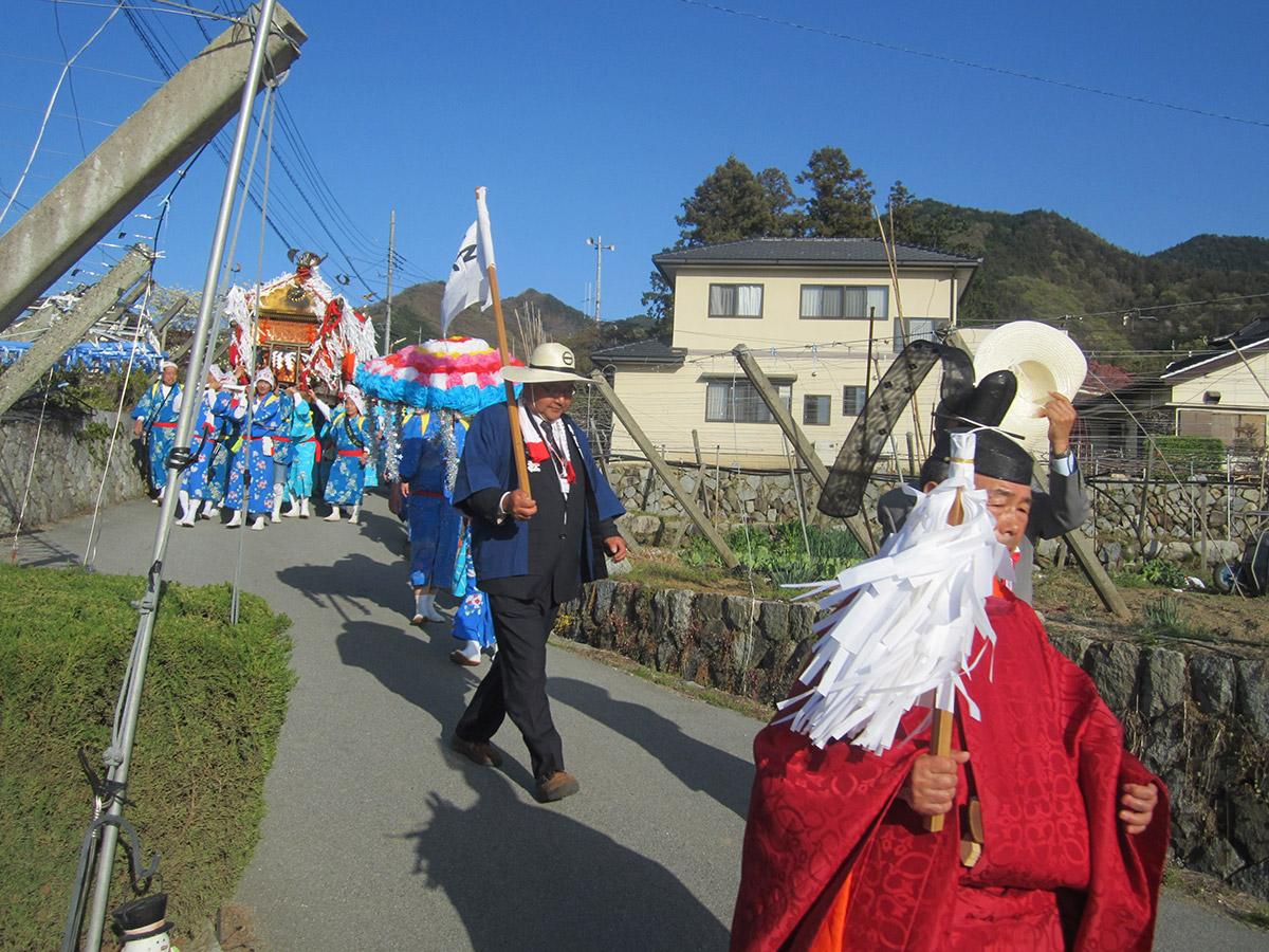 担ぎ手の地元地区、ブドウ畑の間をお神輿が練り歩きます。(この画像は石区)