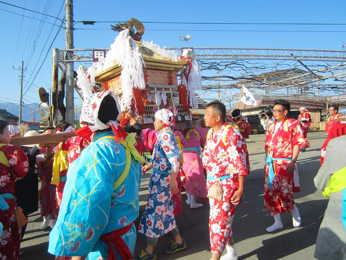 次の神輿渡御は千米寺区となります。何か儀式でもあるのかと思いきや、あっさり交代 でした。