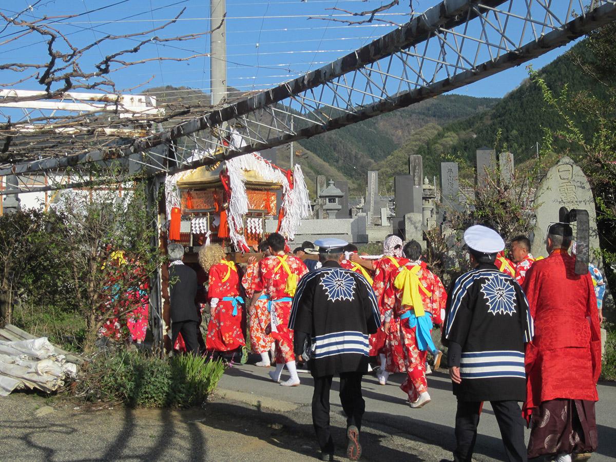 お神輿はこのあと、千米寺地区内を練り歩く旅に 出ました。 その後、いよいよ浅間神社への帰途につくことに なります。