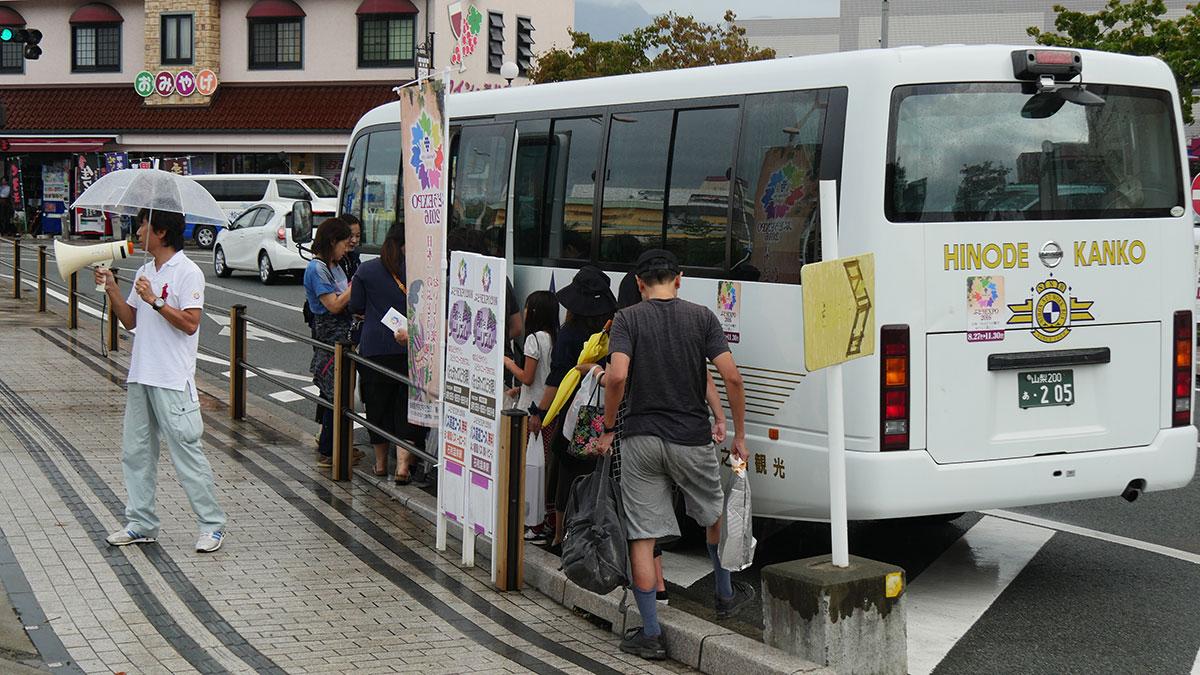 市内循環の無料バスは農園やワイナリーなど巡ります