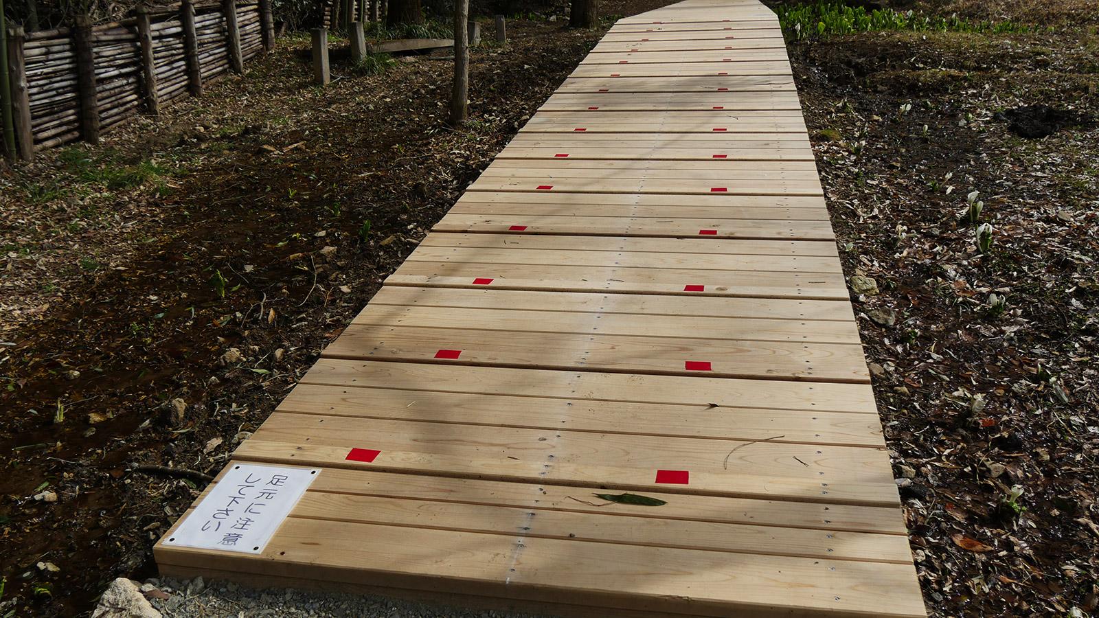 滑り止め用の板が見え難く、注意書きと共に色付けが施されました。