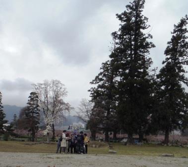 ボランティア笛吹による甲斐国分寺ガイド中の様子