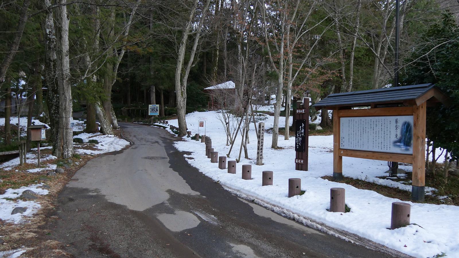 左側が清流ゾーン、奥には藤垈の滝とお堂が立ちます
