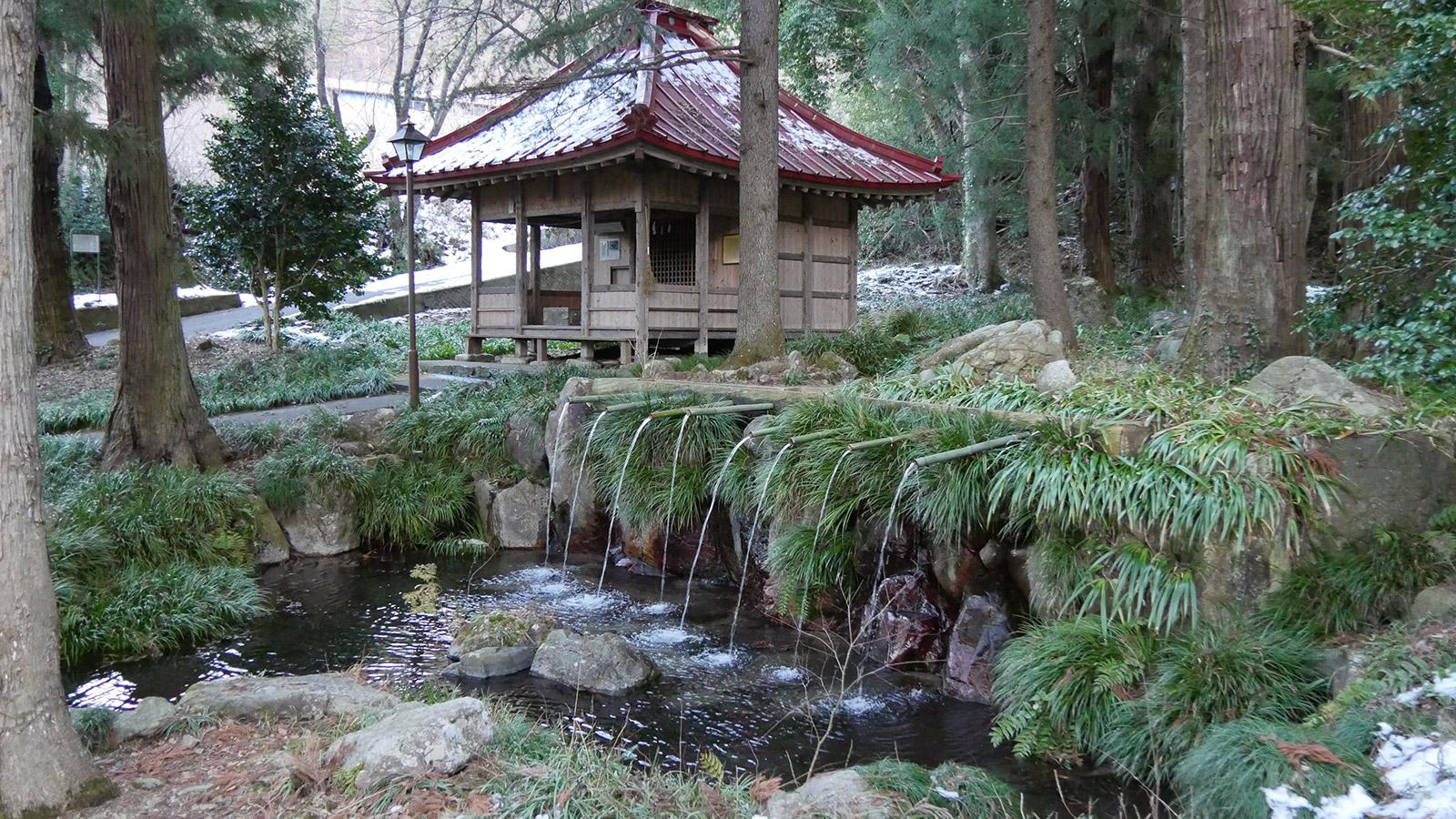 公園のシンボル藤垈の滝とお堂