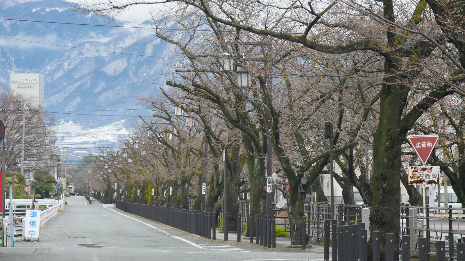 笛吹市内も中山間エリアでは昨日の雪で真っ白ですね